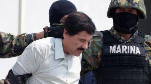 le-baron-mexicain-de-la-drogue-joaquin-el-chapo-guzman-est-escorte-par-des-policiers-le-22-fevrier-2014-a-mexico_5381595