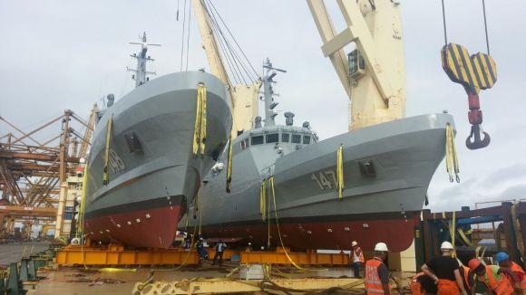 """Los buques ARC """"Punta Ardita"""" y ARC """"Punta Soldado"""" dos patrulleras de costa CPV-46 durante su llegada al país a bordo de un buque de transporte que las transportó desde Corea del Sur."""